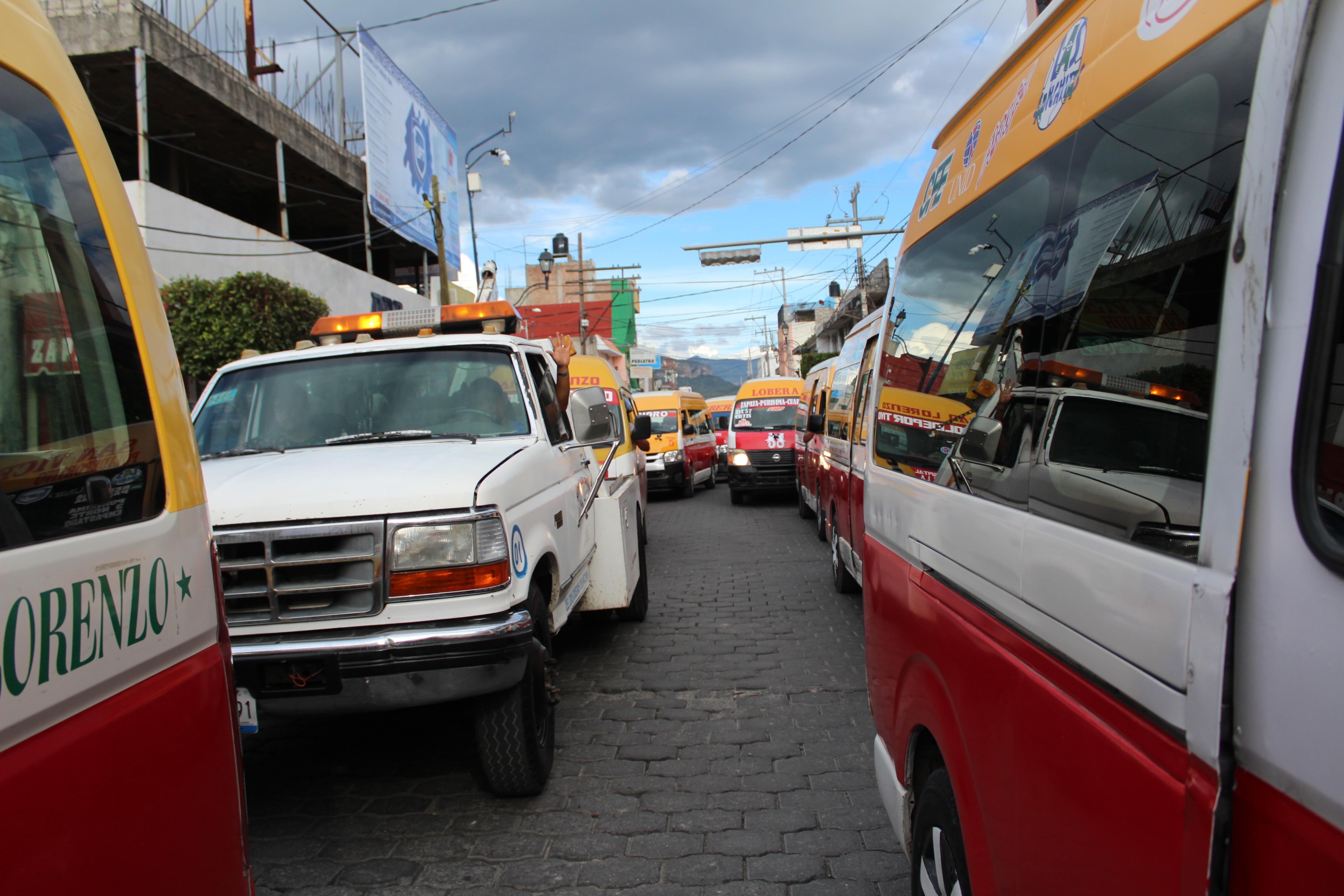 Despiden con caravana y música a los hermanos Pérez